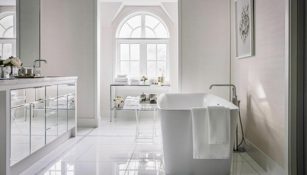 Ett stort och öppet badrum med badkar.