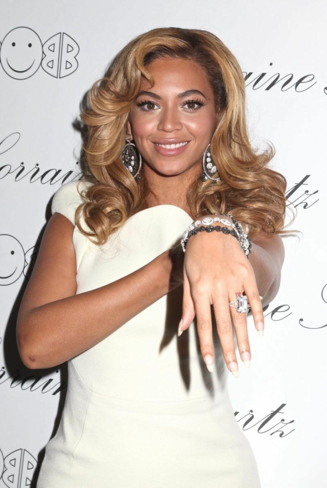 Beyoncé visar upp sin hand med en diamantring
