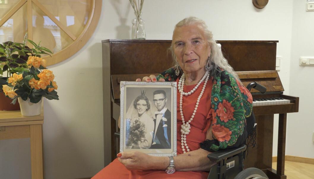 Birgitta Lundberg visar upp ett bröllopsfoto på sig själv och hustrun Inger som togs 1959.