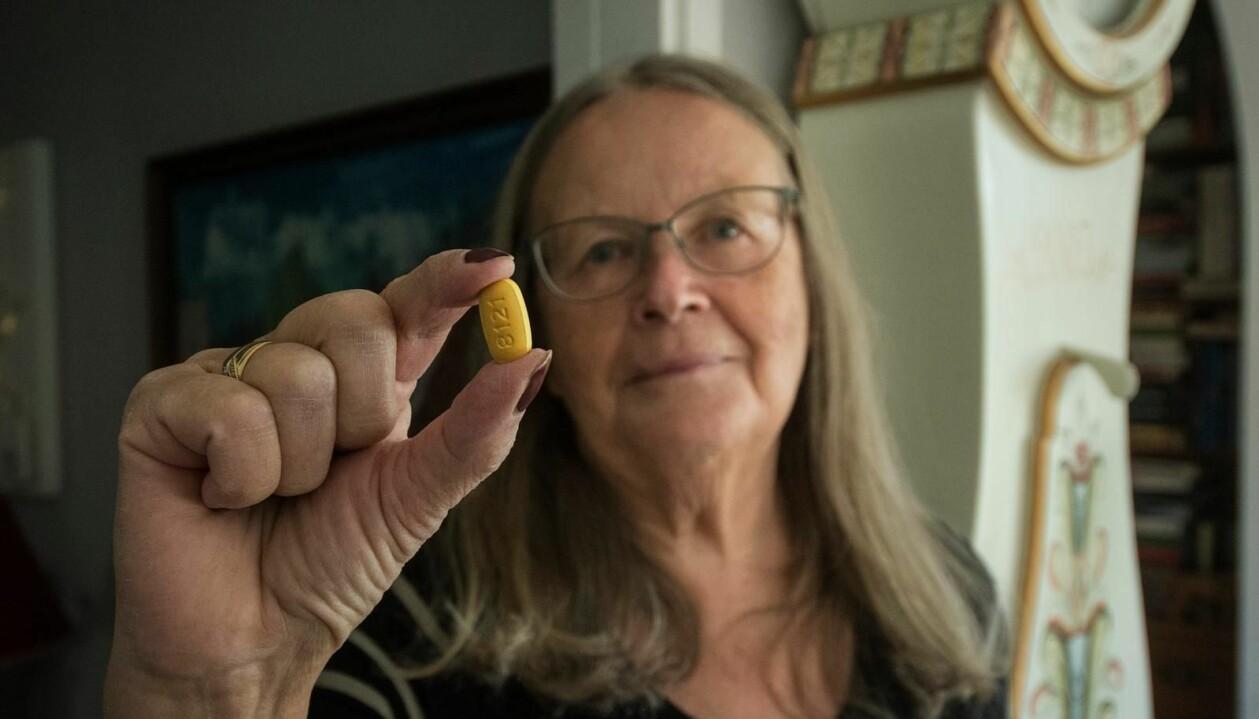Birgitta visar upp den medicin hon tar mot sin hiv-smitta.