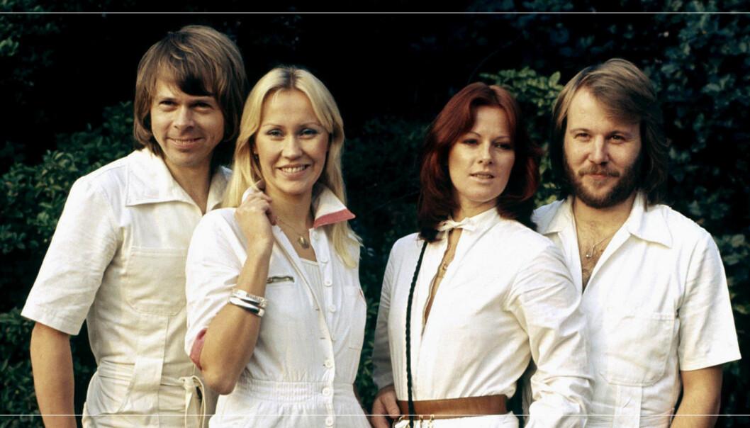 """Björn Ulvaeus och Agnetha Fältskog samt Anni-Frid """"Frida"""" Lyngstad och Benny Andersson poserar framför kameran."""