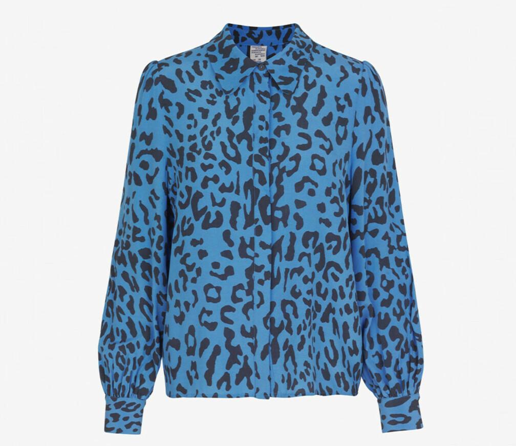 Blå blus med leopardmönster.