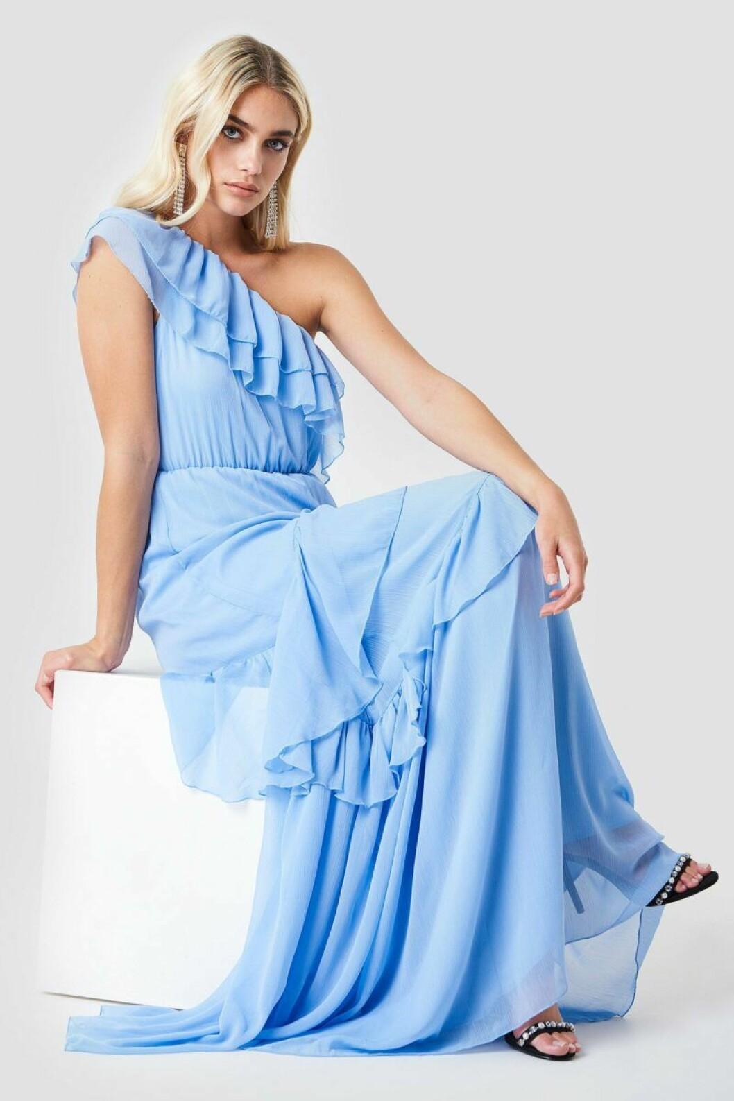 Blå one shoulder-klänning