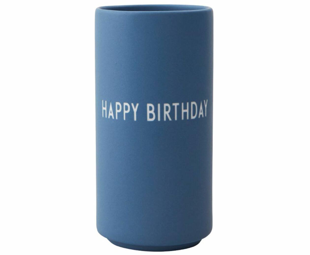 Blå vas med print Happy Birthday, från Design Letters