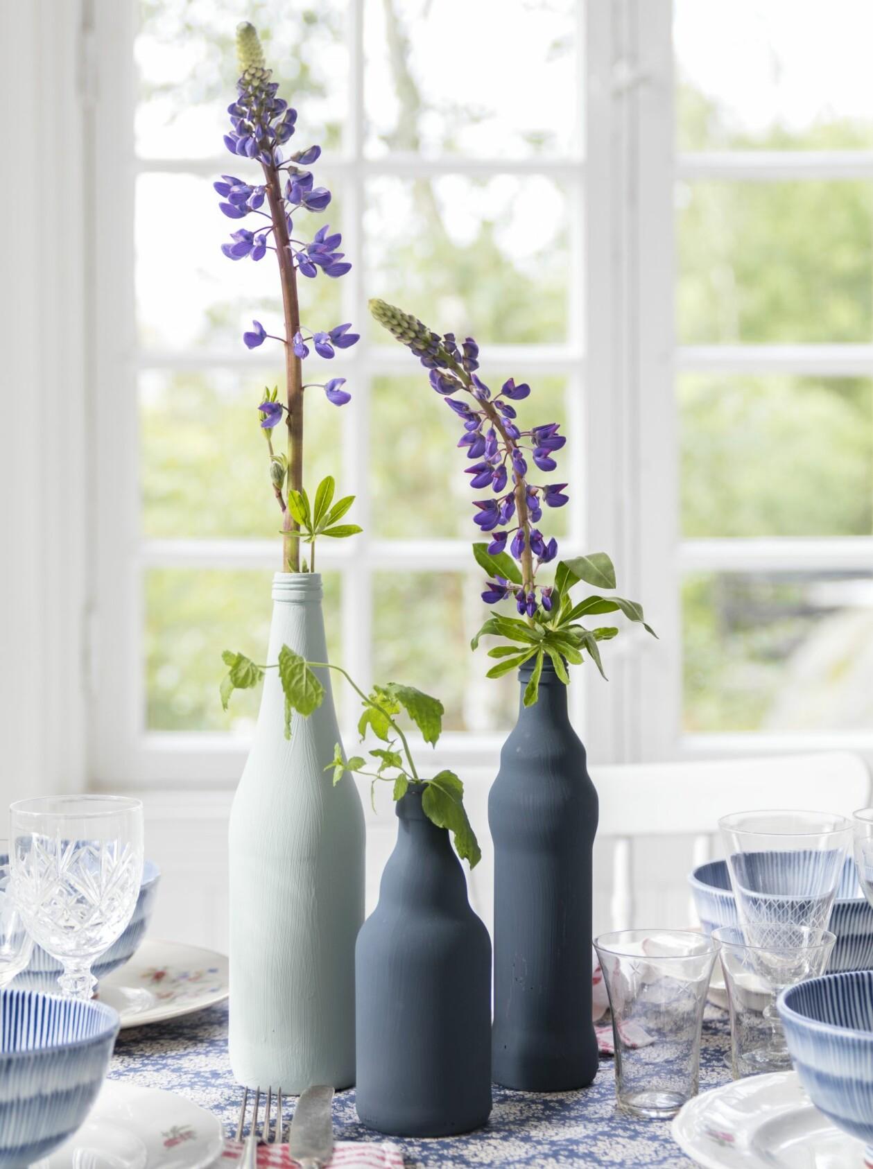 Blåmålade flaskor på ett köksbord