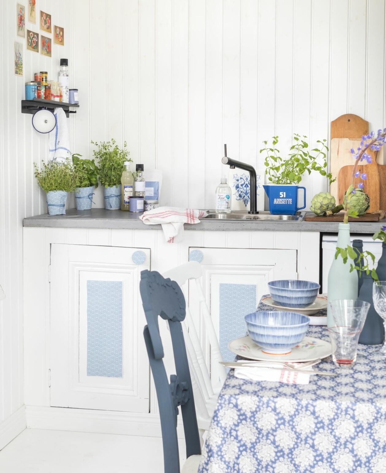 Blåvit köksmiljö med kryddor och dukat bord