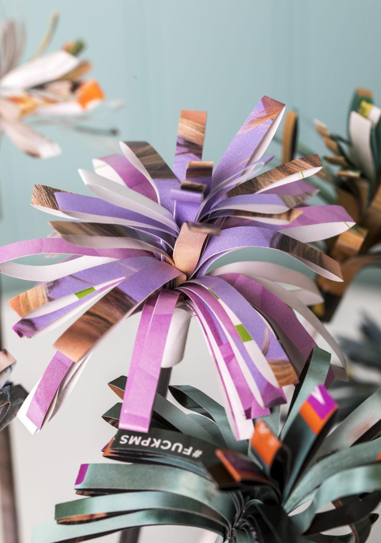 Blommor gjorda av tidningspapper