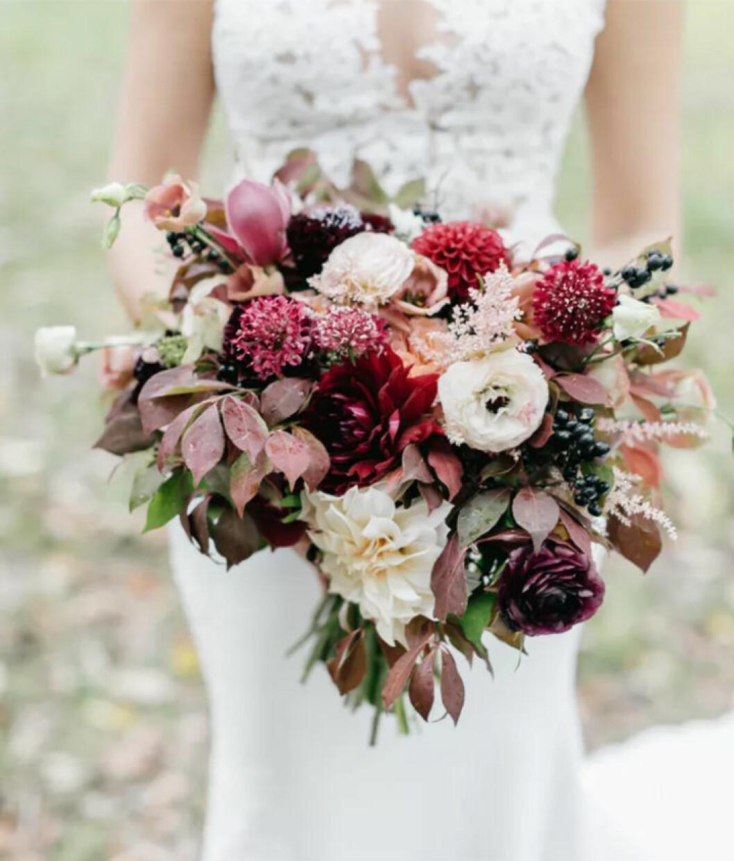Höstig brudbukett med mörkröda blommor