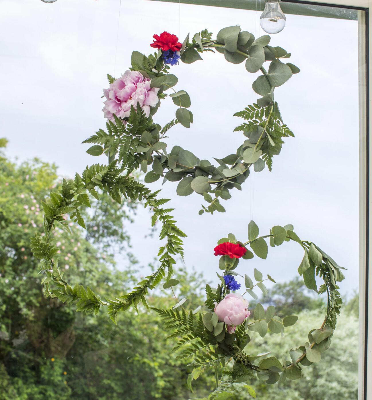 Bind en fin blomsterkrans till fönstret