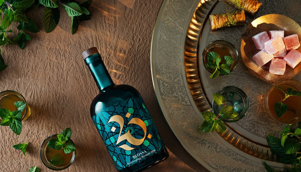 Blossas glögg 2020 (med smak av grönt te och mynta) ligger på ett bord med detaljer från Marocko.