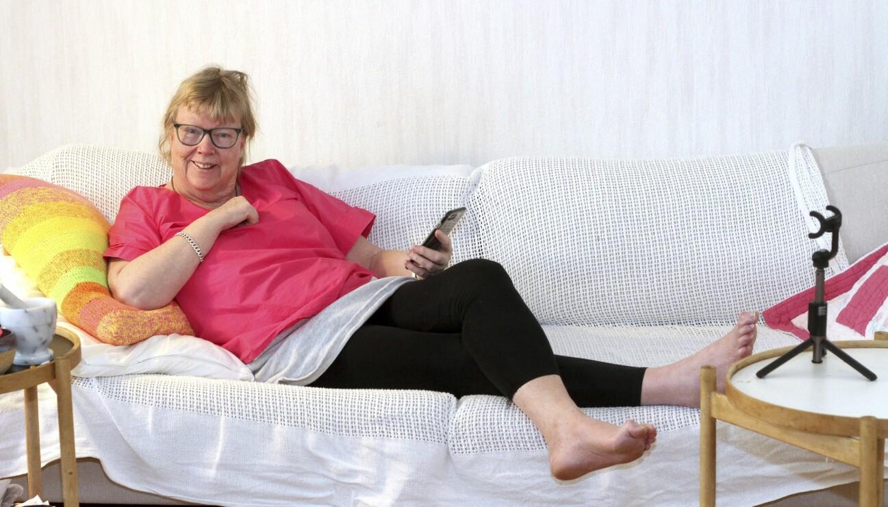 Kortedala-Britta som har 19000 följare på Instagram hemma i soffan i Göteborg.