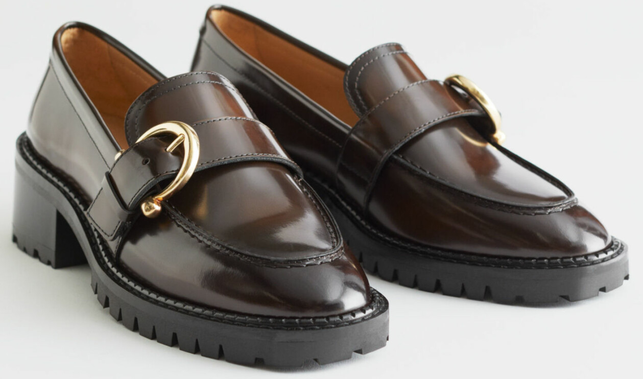 Bruna loafers med guldspännen, från & Other Stories.