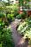 Buskar och perenner ger generösa planteringar.