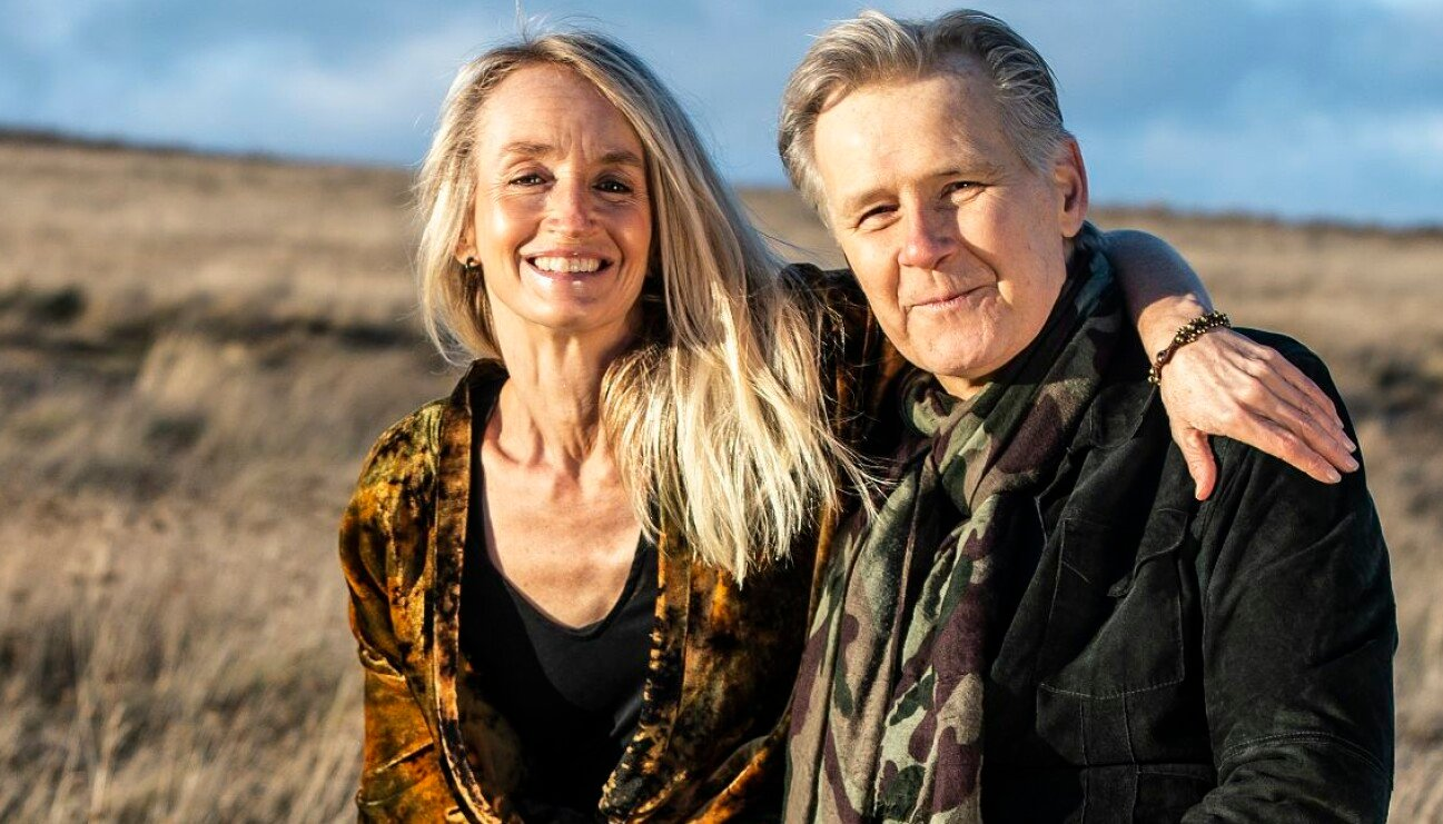 Hälsocoachen och författaren Cajsa Tengblad ler och håller om Arne Johansson, musiker och originalmedlem jämte Uno Svenningsson i bandet Freda, och tillsammans berättar de om hur de blev kära i varandra och hur livet är idag.