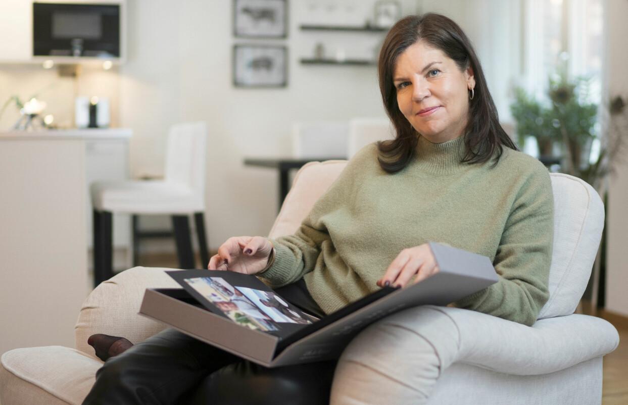Camilla Jonsson i Stockholm tittar på bilder av mannen Björn som gick bort i bröstcancer.