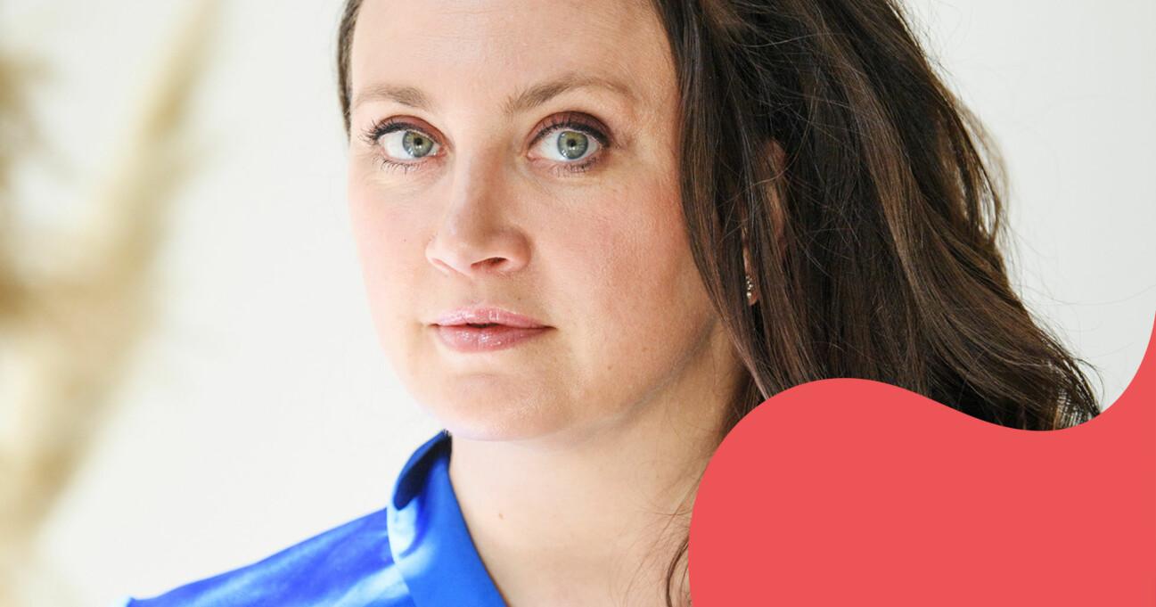 Camilla Läckberg tittar in i kameran med en blå blus.