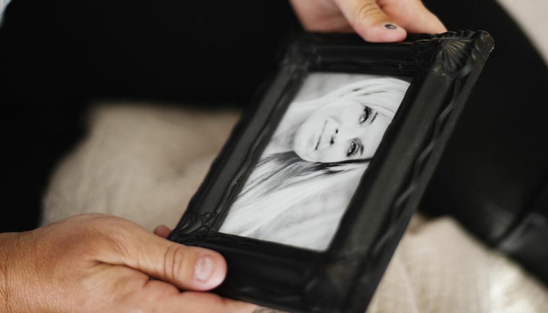 Ett inramat porträtt på Lotta Rudholm som mördades av en man hon träffat på Facebook.