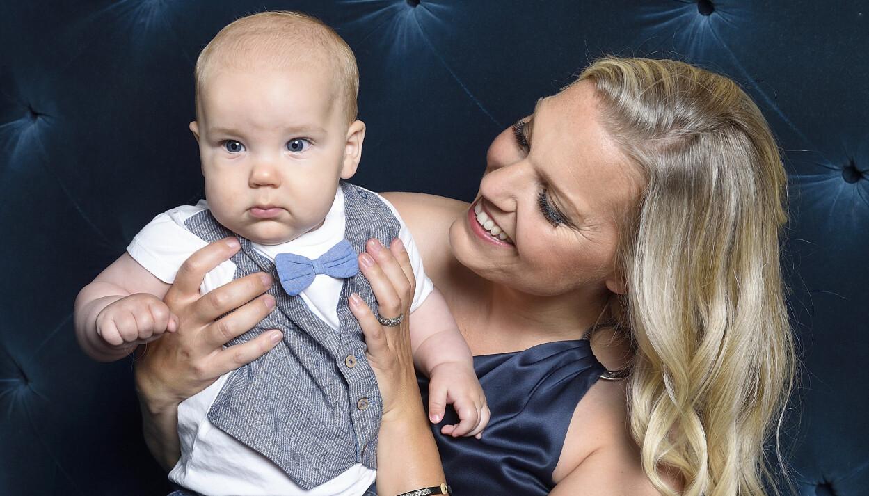 Carina Bergfeldt med sonen Hamilton på Kristallen 2020. Hamilton föddes den 14 februari 2020.