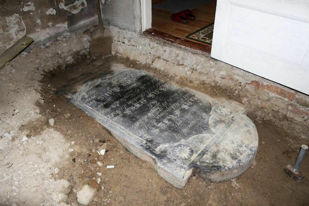 Gravstenen hittades under familjens golv