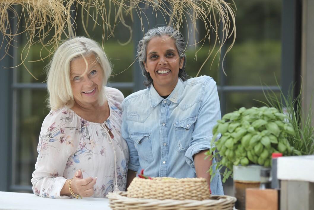 Carina och Sofia Reshmi med korgar och kryddväxt på uteplats vid sitt hus.