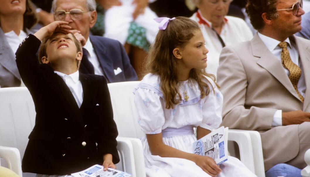 Kronprinsessan Victoria som barn med pappa kungen och lillebror Carl Philip.