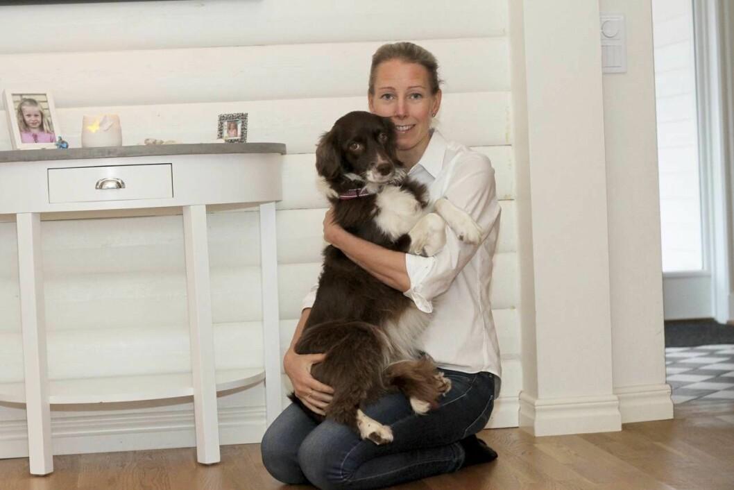 Anna kramar familjens hund Sally