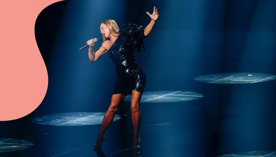 """Charlotte Perrelli på scen under Melodifestivalen år 2021 då hon framförde låten """"Still Young"""""""