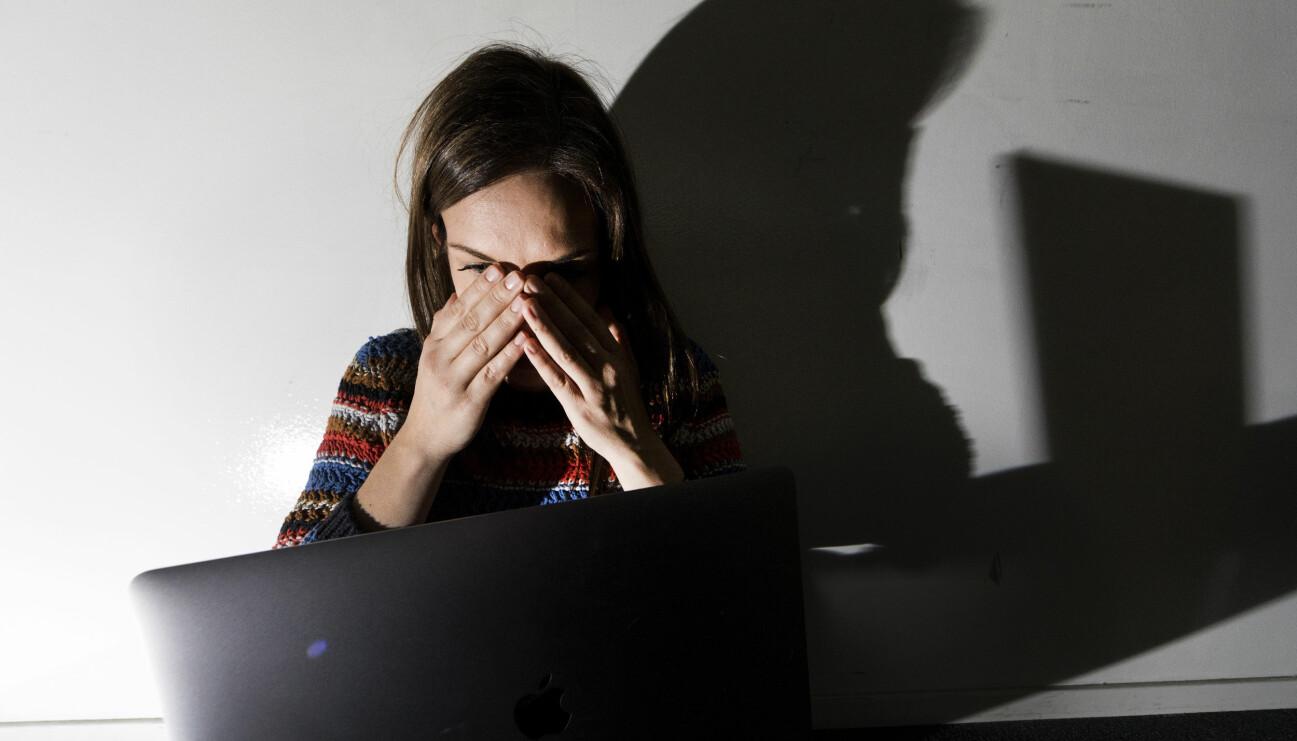 Chockad kvinna vid dator