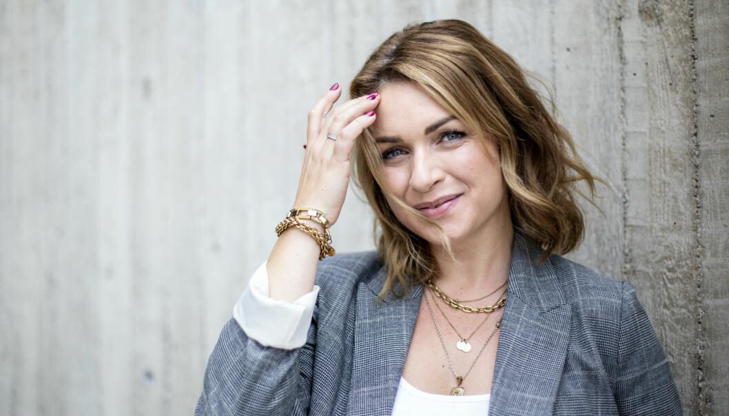 Claudia Galli Concha framför en vägg.