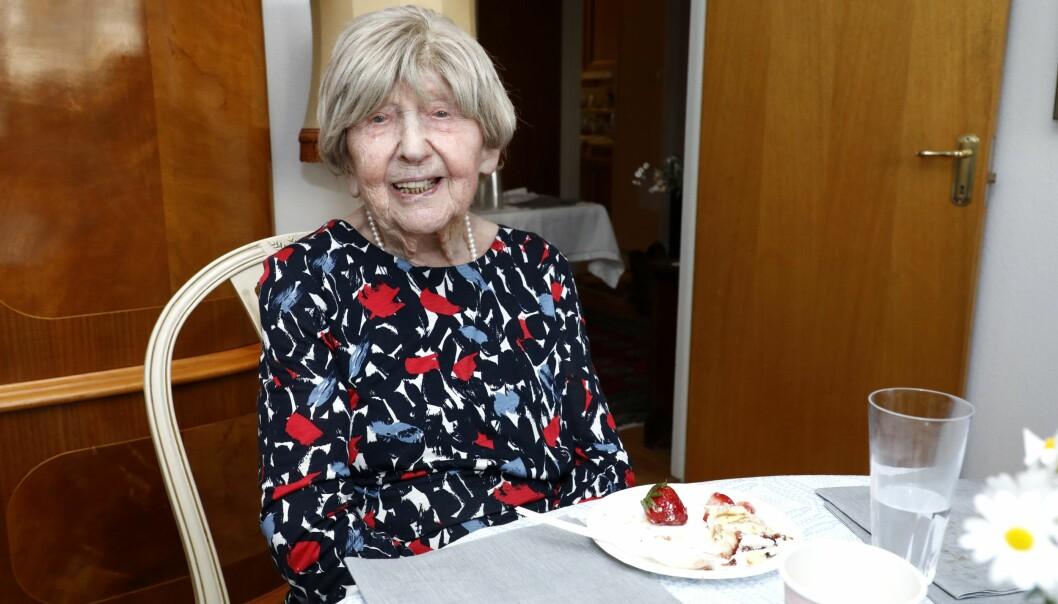 """Dagny Carlsson är 108 år och Sveriges äldsta bloggare. Dokumentären om henne """"Livet börjar vid hundra"""" kom 2015."""