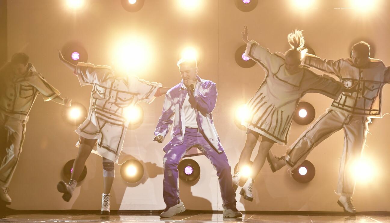 Danny Saucedo med dansare på scenen i Melodifestivalen 2021.