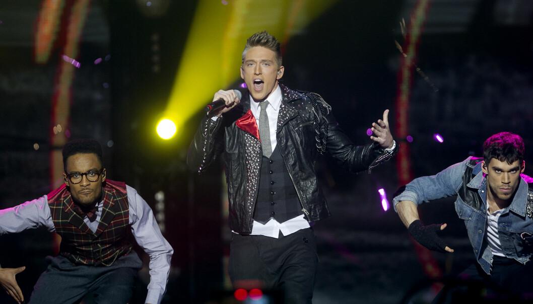 Danny Saucedo på en scen i Melodifestivalen.