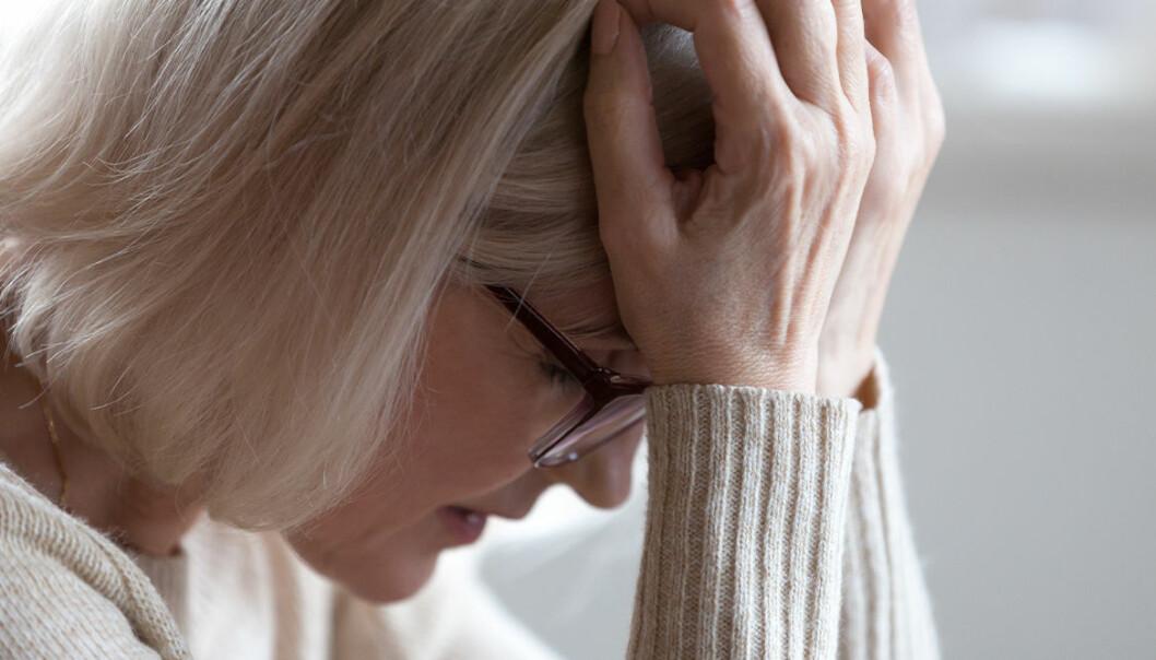 En kvinna som skulle kunna lida av demens eller åtminstone symtom på demens.