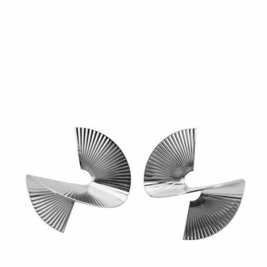 stora vridna örhängen med räfflad yta i silver