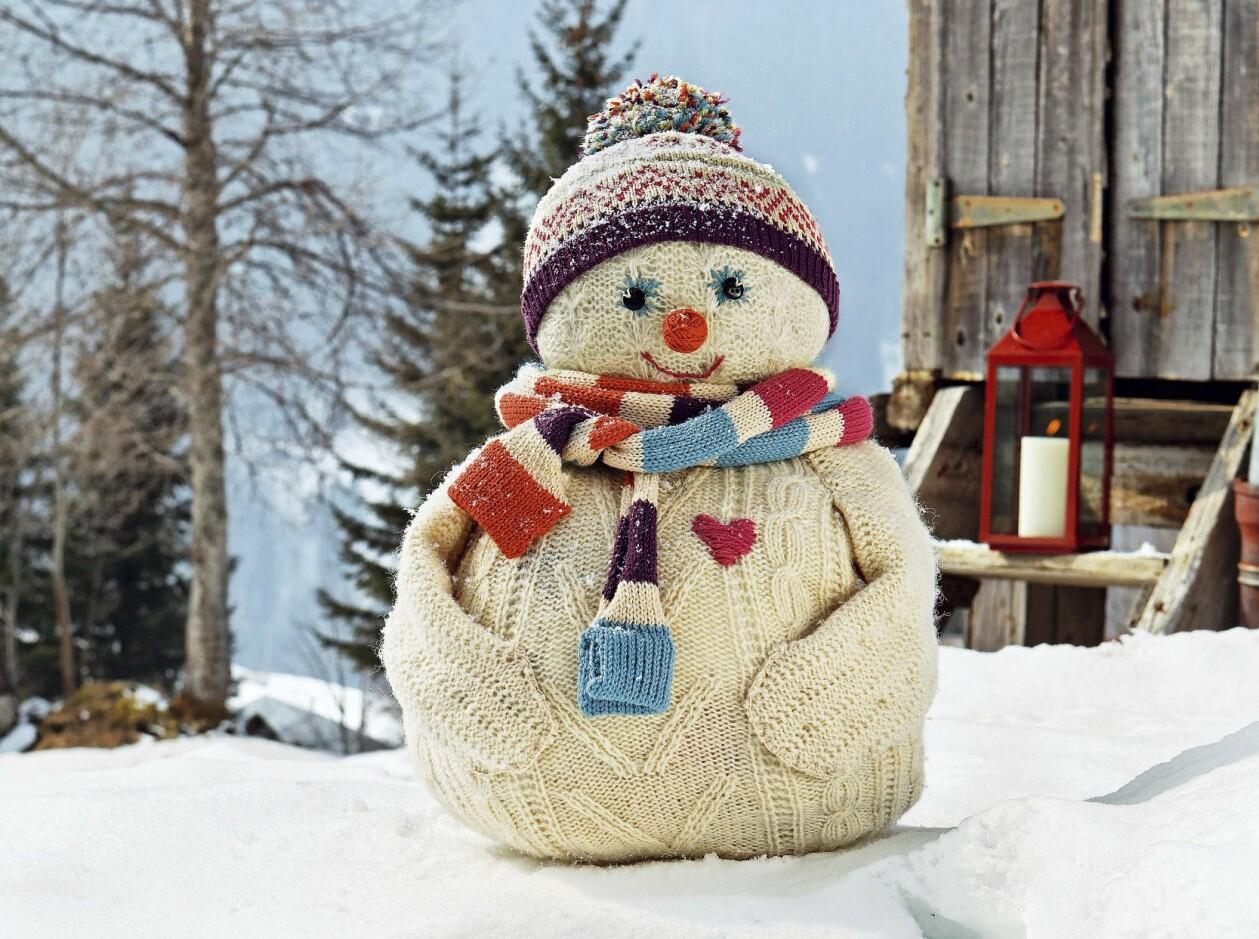 En snögubbe gjord av en gammal stickad tröja och lite DIY-knep.