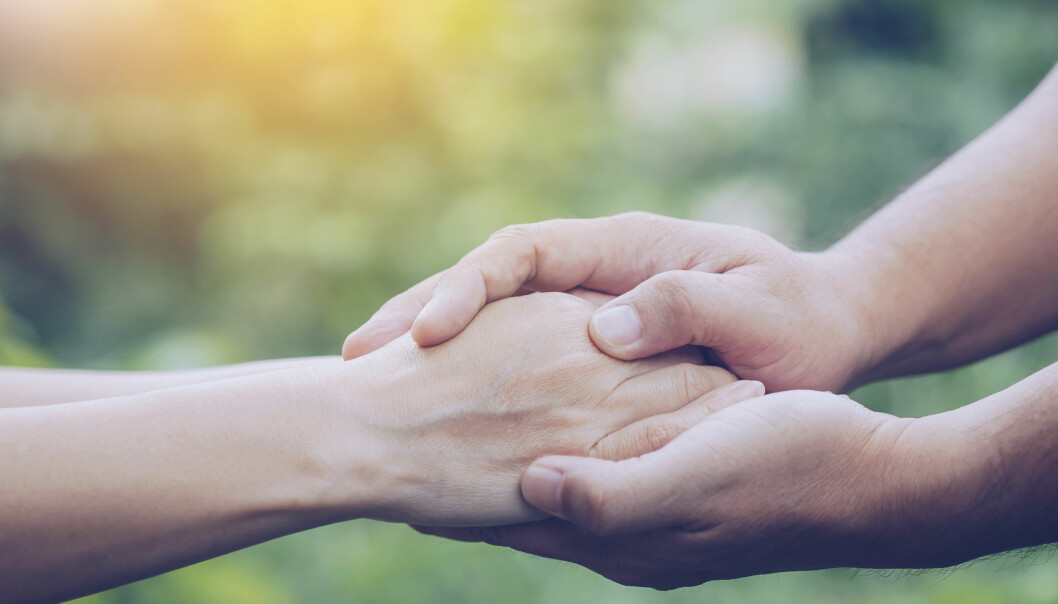 Ett par äldre händer som håller om ett annat par händer och pratar om livet och vad personen ångrar på sin dödsbädd.