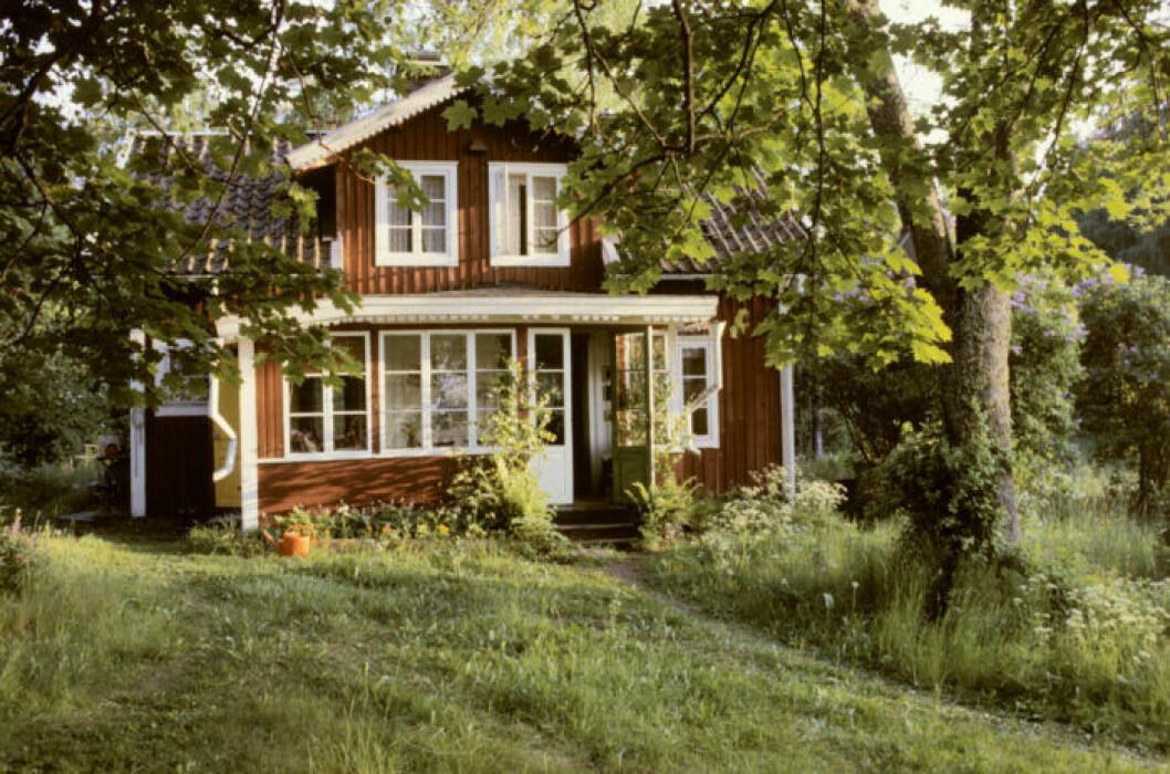 En röd stuga med vita knutar är mångas drömfritidshus