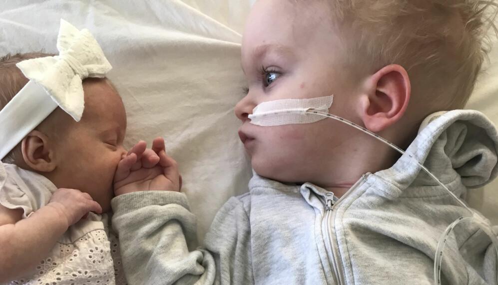Elton ligger bredvid sin lillasyster Linelle när hon är nyfödd.