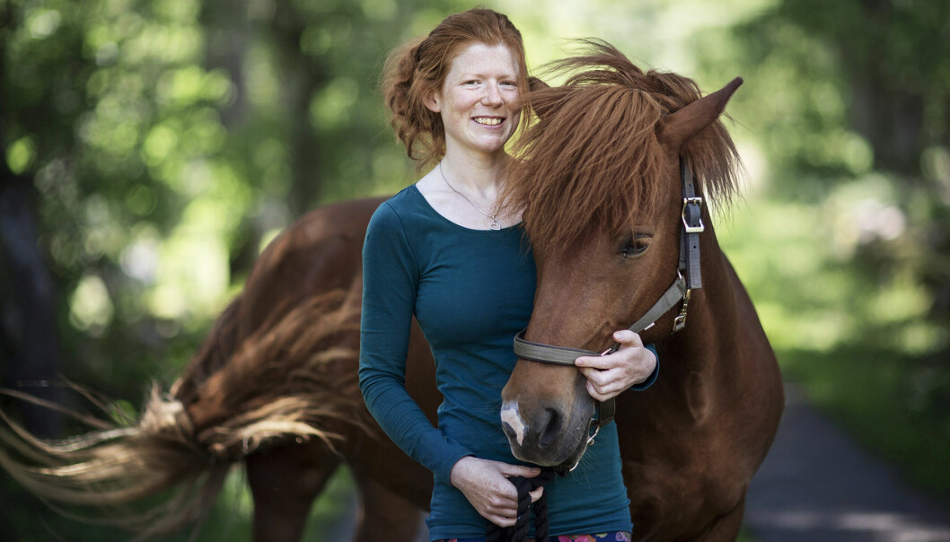 Elin håller om en av sina hästar