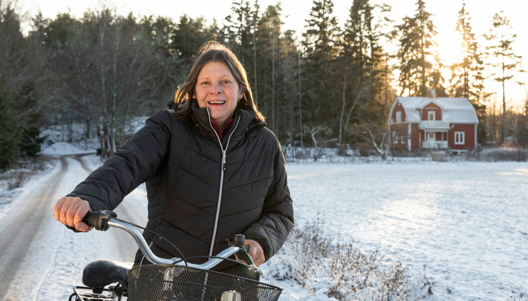 Elisabeth-Johansson Weber med sin cykel ute på landet.