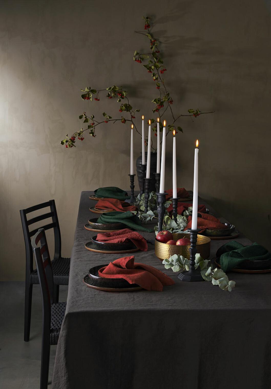 Dukat julbord med detaljer i klassiskt rött hos Ellos Home 2019