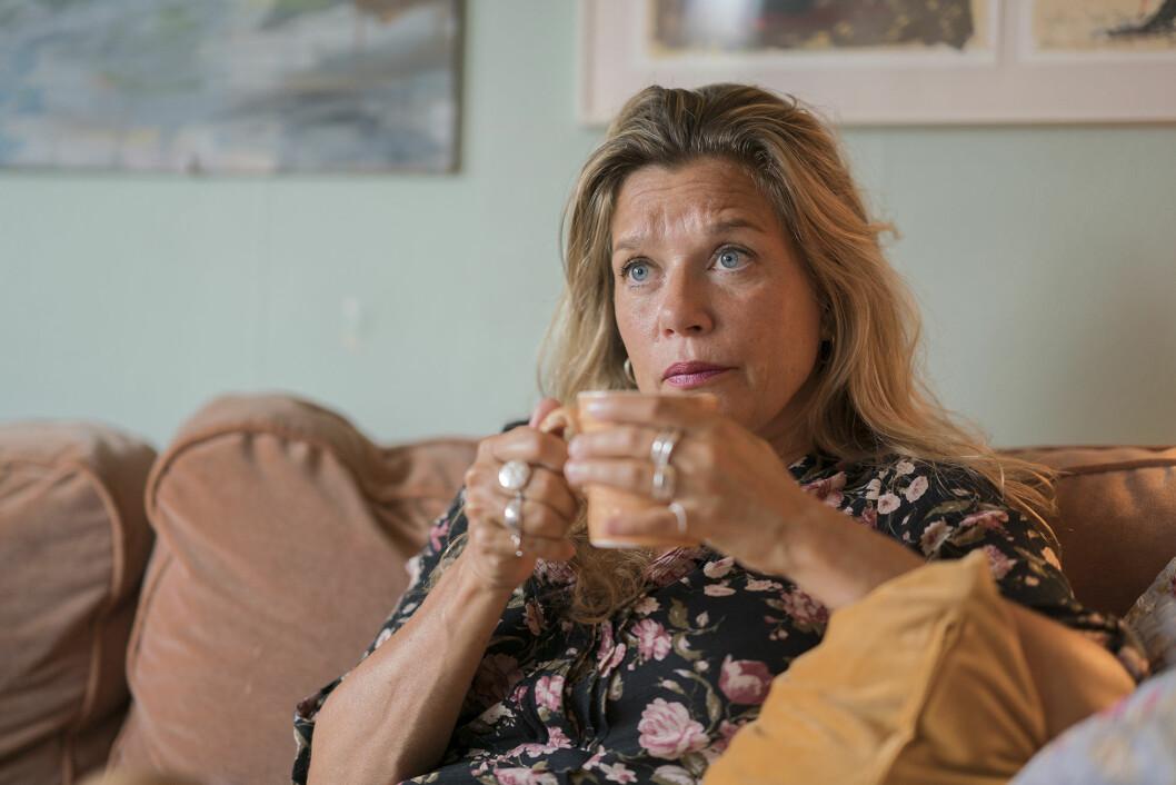 Författaren Emma Hamberg med en tekopp i handen