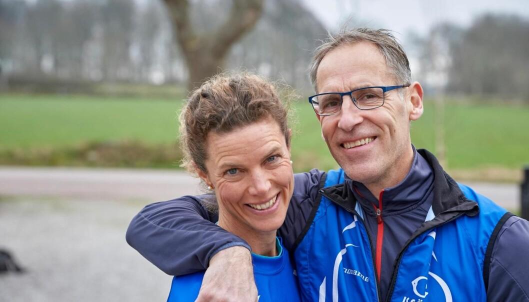 Emma och Sven är iklädda träningskläder, håller om varandra och berättar hur de möttes via en blinddejt och gav sig ut på gemensam löprunda.