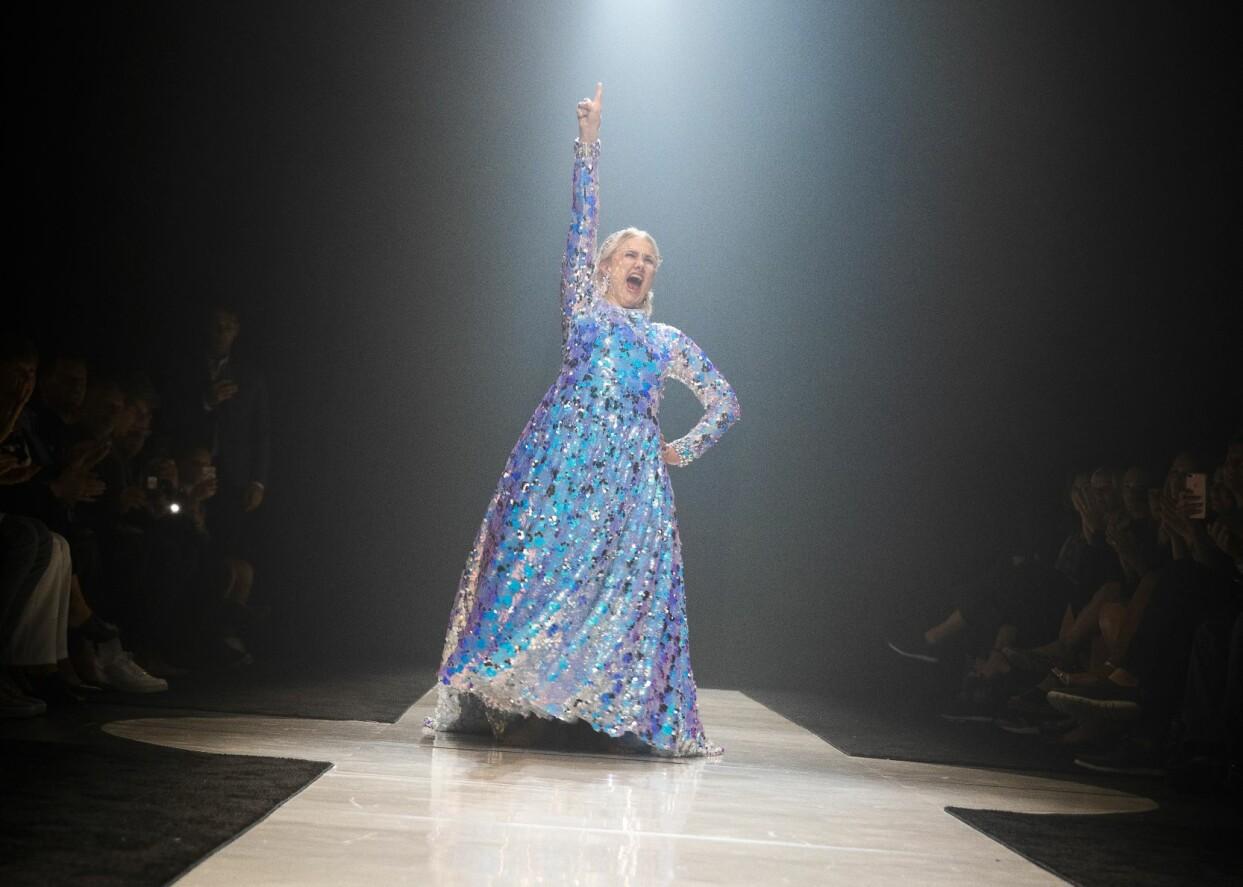 Emma Örtlund på catwalken i New York i sin fantastiska klänning.