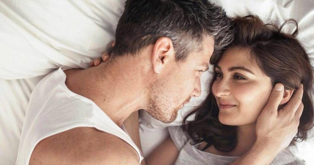 Ett kärleksfullt par i en säng.