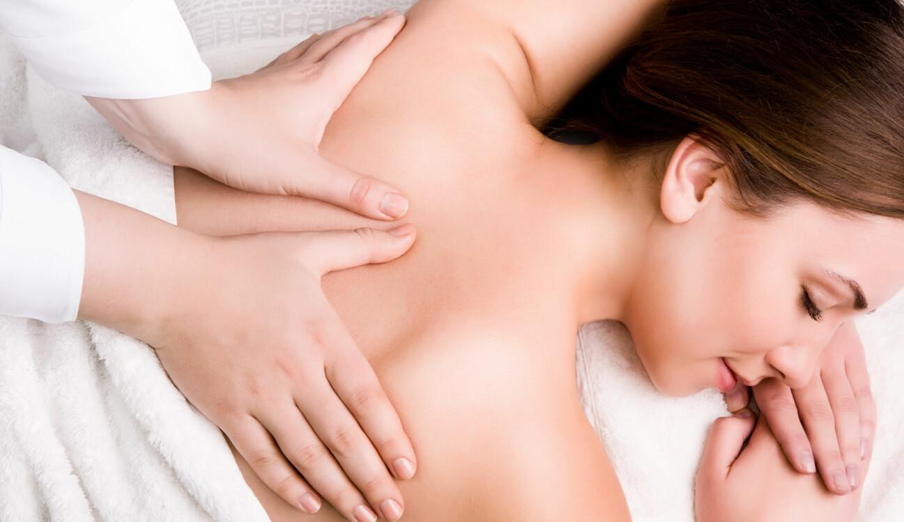 En kvinna får massage – men hade kunnat spara tusenlappar och få massage hemma istället.