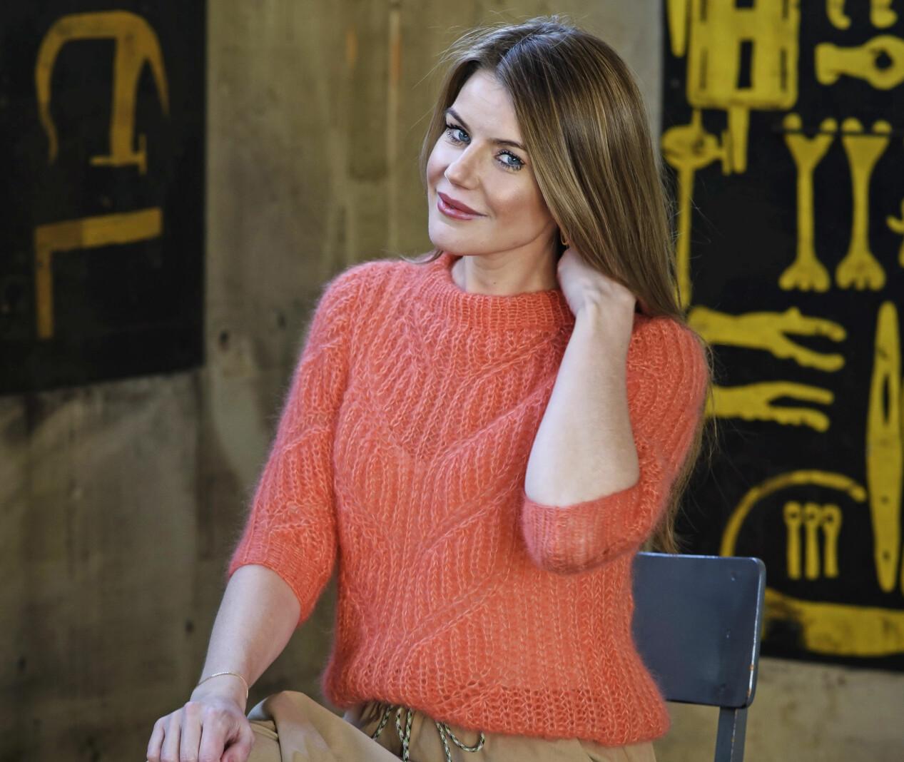 En kvinna med tröja som är stickad med två trådar mohair i patentmönster