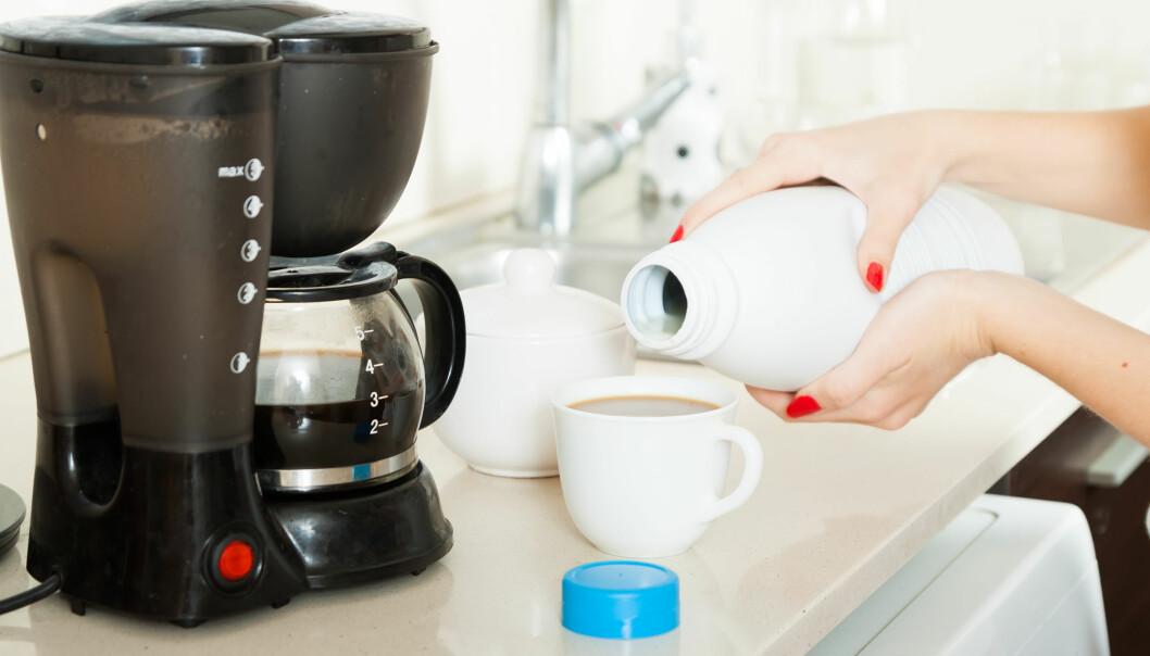 En kvinna som häller i kaffe från en kaffebryggare