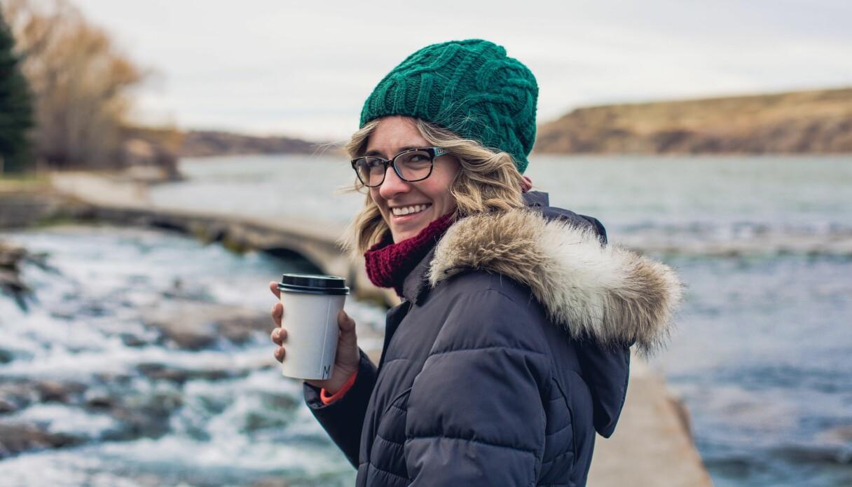 En kvinna som lagt om sina andra vanor och därför har råd att köpa en kaffe på språng – eller har med sig kaffe hemifrån.