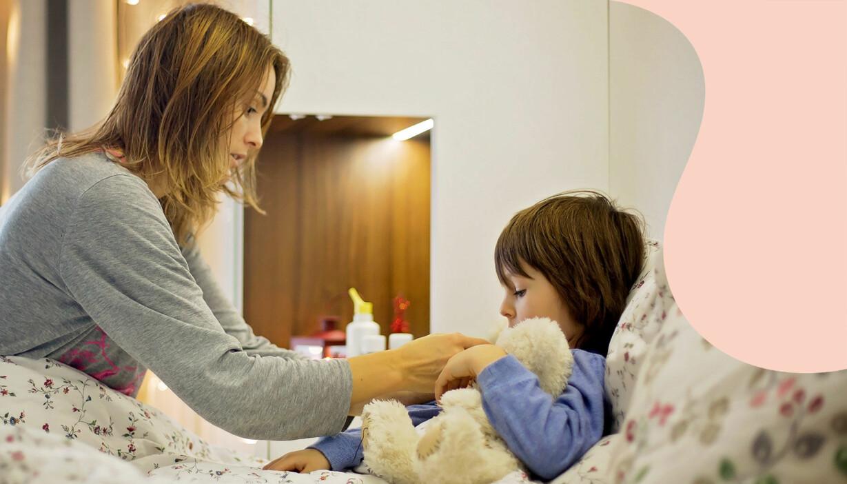 En kvinna tar hand om ett sjukt barn, hon är hemma och vabbar.